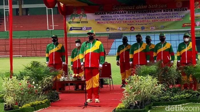 Wali Kota Medan Bobby Nasution melepas 89 atlet Kota Medan mewakili Sumatera Utara menuju Pekan Olahraga Nasional (PON) XX Papua 2021. (Datuk Haris/detikcom)