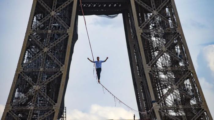 (210918) -- PARIS, 18 September, 2021 (Xinhua) -- Akrobatik Prancis Nathan Paulin meniti seutas tali slackline yang dipasang pada ketinggian 70 meter dan membentang sepanjang 670 meter di antara Menara Eiffel dan Theater National de Chaillot di Paris, Prancis, pada 18 September 2021. (Xinhua)