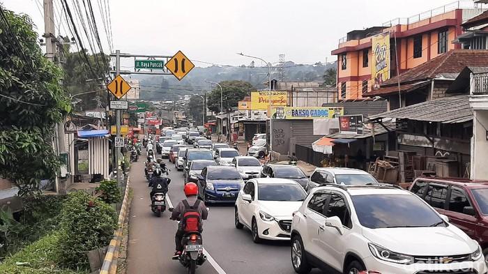Polres Bogor memberlakukan sistem satu arah (oneway) untuk kendaraan dari arah Puncak Bogor menuju Jakarta. Sebaliknya, kendaraan menuju Puncak distop sementara sampai batas waktu yang belum ditentukan.