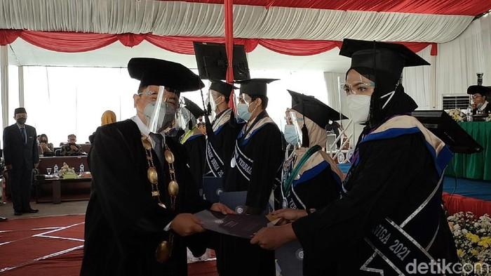 Avif saat menerima ijazah kelulusan dari pihak kampus