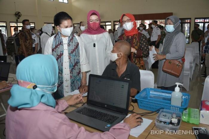 Dharma Wanita Persatuan (DWP) Kementerian Perhubungan meninjau pelaksanaan vaksinasi massal Bhakti Untuk Negeri.