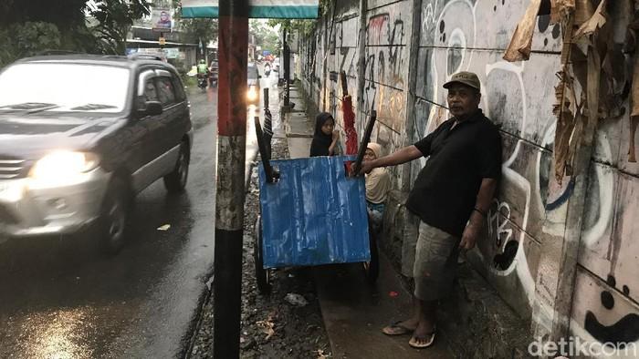 Diran (60) hidup bersama gerobaknya demi mengais rezeki (Firda Cynthia Anggrainy Al Djokya/detikcom)