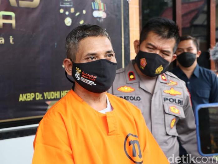 Seorang warga Bekasi, Jabar diamankan di Polresta Blitar. Ia menipu warga hingga Rp 11 juta dengan modus sebagai dukun palsu.
