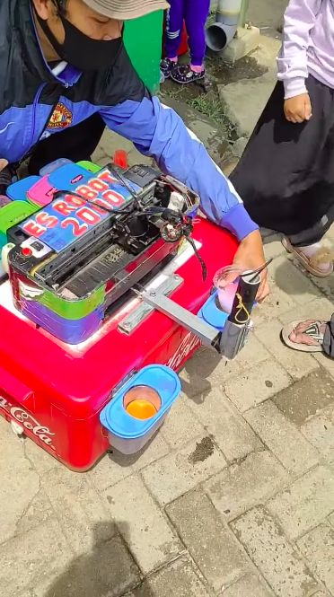Keren! Penjual Minuman Kaki Lima Ini Pakai Robot Buat Racik Minuman