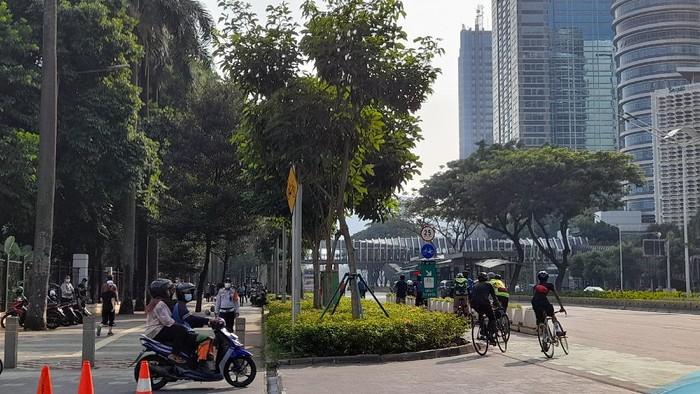 Jalur Pesepeda Ramai Dilintasi Warga yang Berolahraga (Tiara Aliya-detikcom)