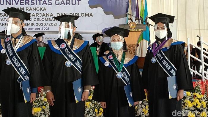 Mengidap kanker otak tak jadi halangan bagi Avif, seorang gadis asal Garut. Di bawah keterbatasan itu, dia justru berhasil jadi lulusan terbaik Universitas Garut.