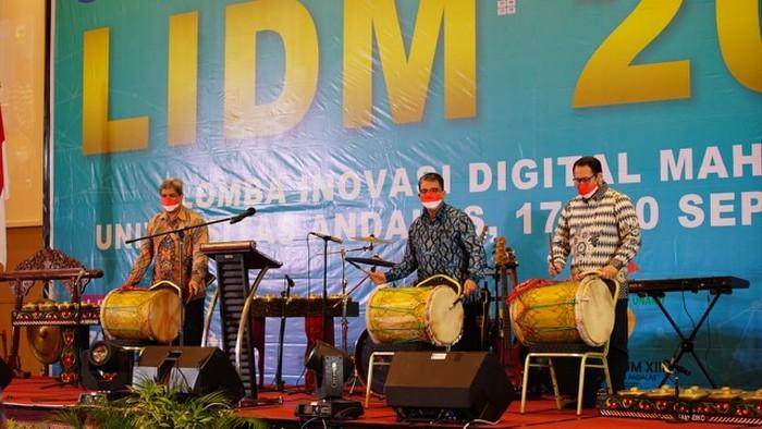 LIDM tahun 2021, lanjut Insannul Kamil, juga menjadi bagian dari rangkaian perayaan Dies Natalis Universitas Andalas yang ke 65 dan Lustrum XIII.