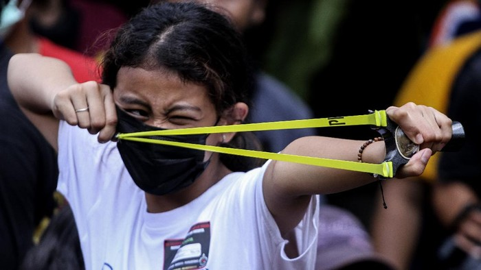 Sejumlah anak melihat koleksi ketapel saat lomba ketapel di Kampoeng Ketapel, Ciganjur, Jakarta Selatan, Minggu (19/9/2021). Kegiatan lomba tersebut diinisasi oleh Komunitas Markaz Ketapel Indonesia (MKI) Jakarta untuk membangkitkan rasa kompetitif di bidang olahraga serta mengembangkan bakat anak. ANTARA FOTO/Asprilla Dwi Adha/foc.