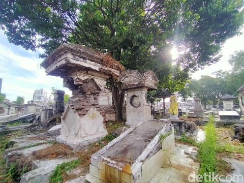 Makam Peneleh berada di Jalan Peneleh, Kecamatan Genteng, Surabaya. Makam ini sepi pengunjung selama pandemi COVID-19.