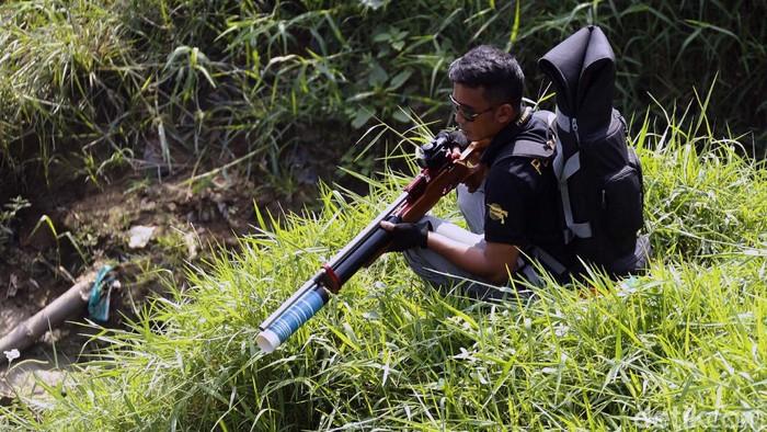 Kini menagkap ikan tidak harus dengan kail atau pancingan. Orang-orang ini menangkap ikan dengan senapan angin bak berburu hewan di hutan.
