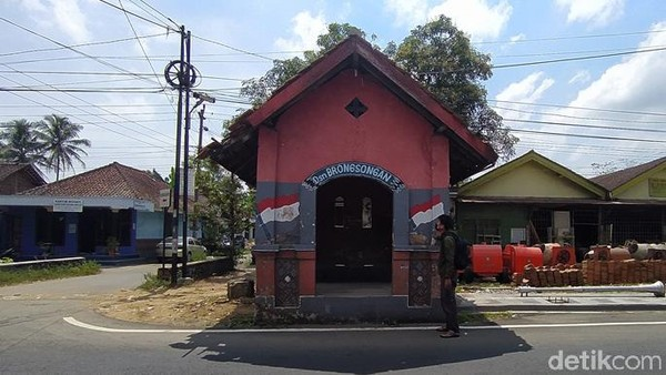 Adapun bangunan tersebut berada di pinggir Jalan Borobudur-Salaman atau Borobudur-Purworejo. Tepatnya bangunan ini berada di Dusun Brongsongan, Desa Wringinputih, Kecamatan Borobudur, Kabupaten Magelang.