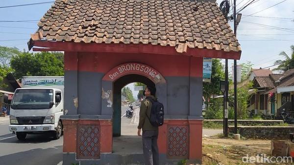 Jika dari arah Borobudur, bangunan ini berada di sisi kanan jalan. Sedangkan dari arah Salaman, bangunan ini berada di kiri jalan. Adapun dari kejauhan bangunan ini terlihat kecil.