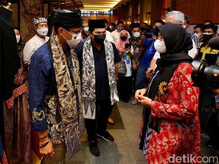 Menteri BUMN Erick Thohir dan Menparekraf Sandiaga Uno bertemu di Banyuwangi. Mereka berjumpa di sela-sela acara Apresiasi Kreasi Indonesia, yang memamerkan beragam produk kreatif Banyuwangi.