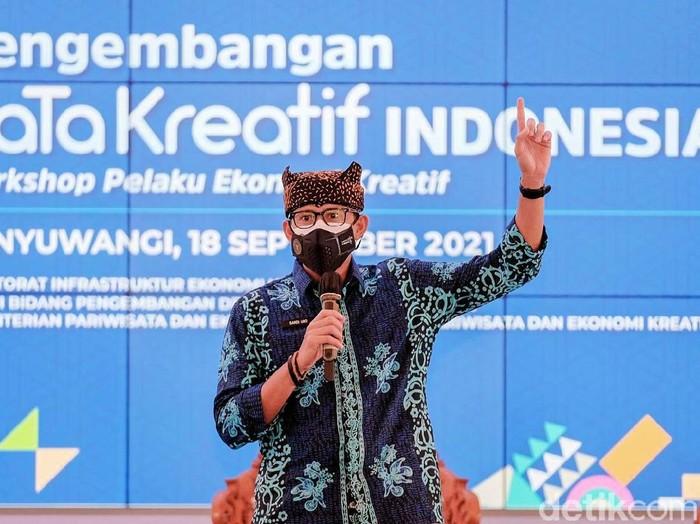 Menparekraf Sandiaga Uno melakukan kunjungan kerja di Banyuwangi. Sandi menyebut Banyuwangi salah satu etalase ekonomi kreatif terbaik di Indonesia.