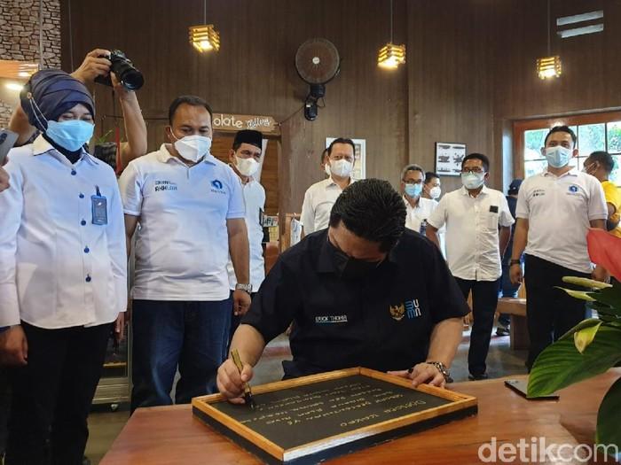 Menteri BUMN Erick Thohir mendorong PTPN XII untuk kembali mempercantik destinasi wisata Doesoen Kakao. Wisata ini di Perkebunan Kendenglembu, Kecamatan Glenmore, Banyuwangi.