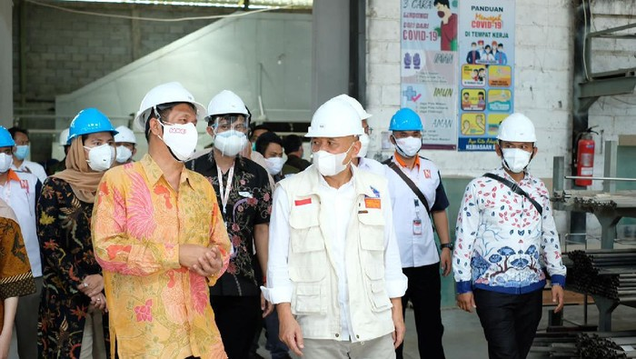 Menteri Koperasi dan UKM Teten Masduki di dampingi Ceo Nuritek Ahmad Syarifuddin (kedua kiri) saat mengunjungi Pabrik Alat Kesehatan Nuritek di Cianjur, Jawa Barat.