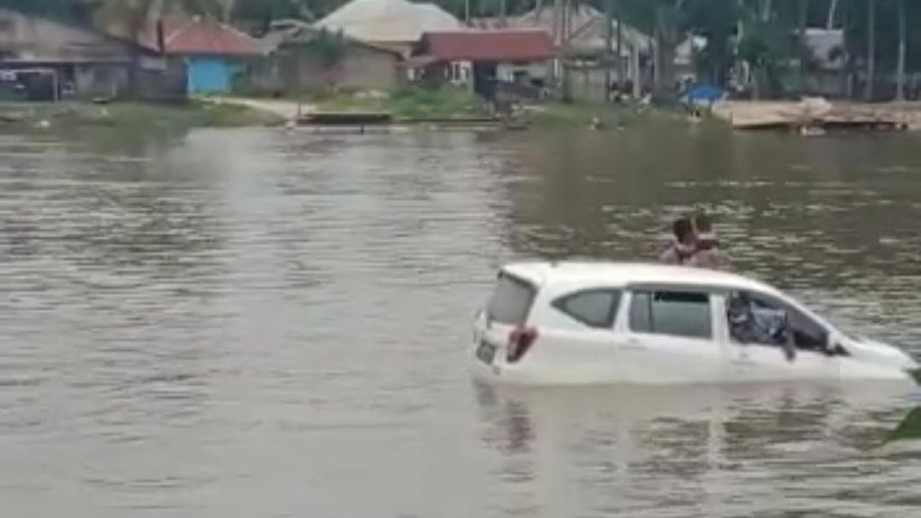 Dramatis! Proses Evakuasi Tiga Penumpang Minibus di Sungai Konaweeha
