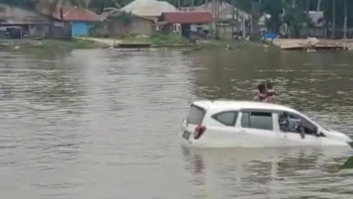 Minibus tercebur di Sungai Konaweeha, Konawe, Sulawesi Tenggara (Sultra)