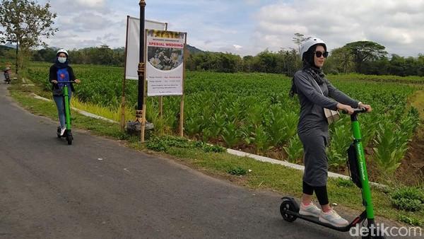Selain bisa naik andong, mobil VW maupun sepeda, mengelilingi desa-desa cantik di sekitar candi Borobudur sekarang bisa dengan moda transportasi yang tengah ngehits, yakni naik skuter elektrik. (Eko Susanto/detikTravel)
