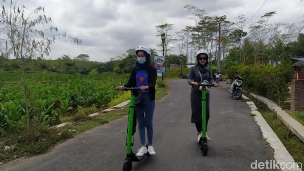Bagi wisatawan yang ingin keliling desa-desa sekitar Candi Borobudur dengan skuter bisa memesan terlebih dahulu. Adapun salah satu pengelola skuter bisa ditemukan di akun instagram @skuterfun.borobudur. Di sini nantinya wisatawan bisa memesan untuk mendapatkan skuter tersebut. (Eko Susanto/detikTravel)