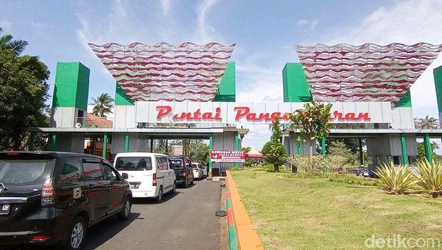 Pemerintah Kabupaten Pangandaran menutup total akses menuju pantai barat dan pantai timur Pangandaran pada Minggu (19/9/2021).
