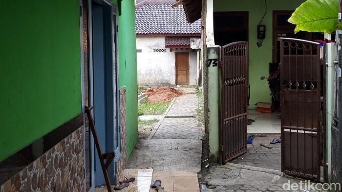 Pintu samping rumah ketua majelis taklim tempat penembakan di Tangerang