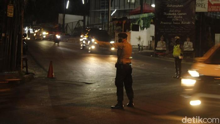 Polisi melakukan buka tutup jalan di kawasan Lembang