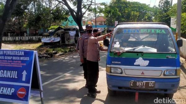 Ada dua titik penyekatan ganjil-genap yang didirikan polisi. Pertama ada di Jalan Cipanas dan yang kedua di Jalan Cipanas Baru.