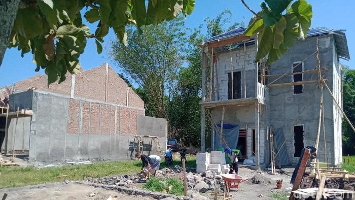Potret warga Desa Kranggan, Kecamatan Polanharjo, Klaten mulai membangun rumah usai menerima proyek ganti rugi Tol Yogya-Solo, Minggu (19/9/2021).