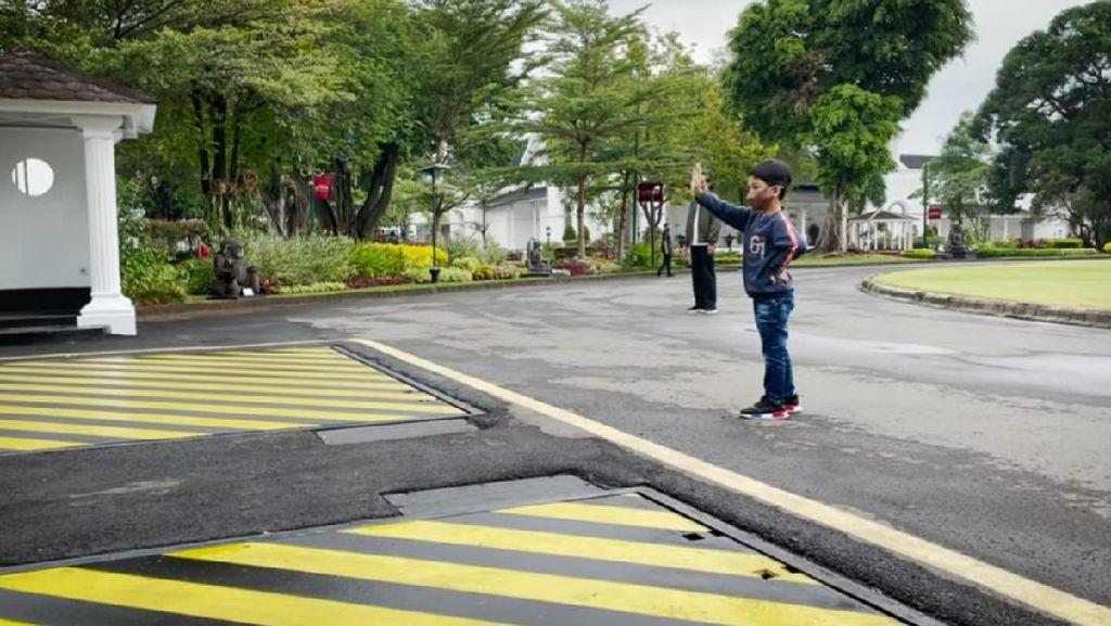 Menggemaskan! Jan Ethes Main Bareng Jokowi di Yogya Usai Lama Tak Jumpa