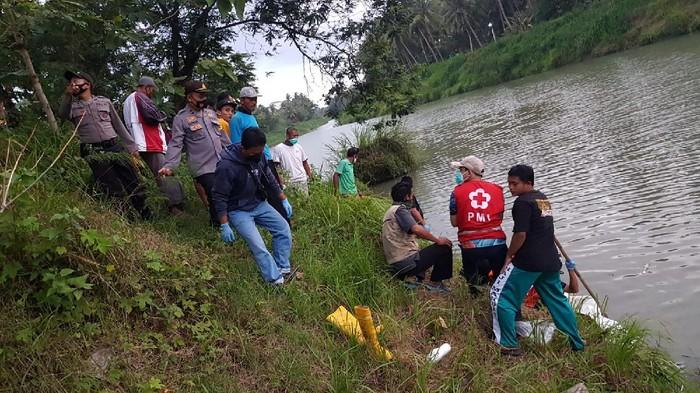 Proses evakuasi jenazah pria misterius di Sungai Serang, Kulon Progo