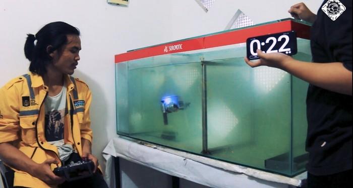 Robot Sea Wasp saat uji coba pengangkutan kelereng sebagai objek bawah air.