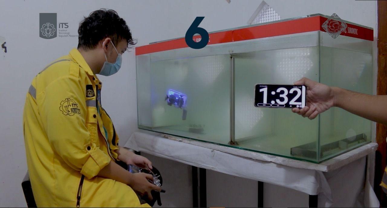 Robot Glaucus Atlanticus saat uji coba pengangkutan kelereng sebagai objek bawah air.