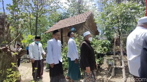 Syaifullah bercerita ponpes ini mulanya berada di area perkampungan di Desa Sumbergirang, Kecamatan Lasem, Rembang pada 2017 akhir. Namun, sejak awal 2020 lalu pondok beserta para santri itu pindah ke lokasi yang dihuni sekarang.(Arif Syaefudin/detikcom)
