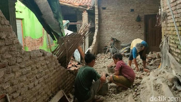 Tembok rumah warga Pedukuhan Gedeg, Brebes yang rusak diterjang angin kencang, Minggu (19/9/2021).