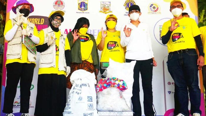 Aksi bersih-bersih serentak di dunia (World Cleanup Day) kembali di Jakarta, Sabtu (18/9). Kegiatan ini bertema Gerakan Nasional Pilah Sampah dari Rumah.