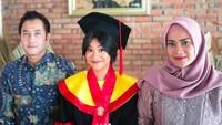 Foto Kebahagiaan Anak Aldi Bragi-Ikke Nurjanah Raih IPK Tertinggi FHUI