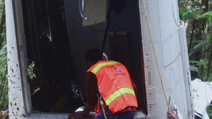 Bangkai pesawat perintis milik Rimbun Air yang jatuh di Sugapa, Intan Jaya, ditemukan tim SAR gabungan dan warga