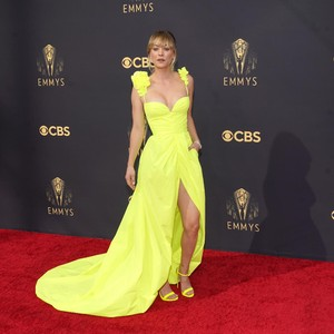 Foto: 10 Artis Berbusana Terbaik di Emmy Awards 2021, Bikin Pangling