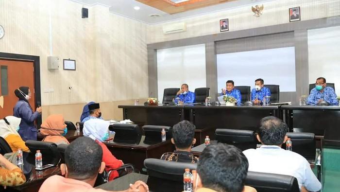 Bupati Labura Hendri Yanto menegur sejumlah guru SD yang jarang masuk (dok. FB Hendri)