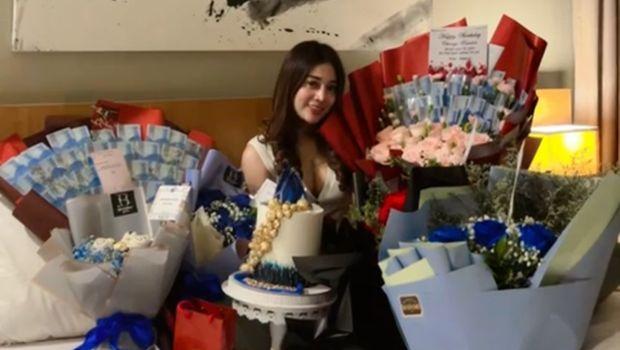 Chintya Ramlan pamer hadiah di hari ulang tahunnya.