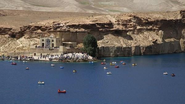 Namun semenjak Afghanistan dikuasai Taliban, tidak diketahui bagaimana nasib danau Band-e Amir. Apakah danau ini boleh untuk wisata masyarakat umum atau tidak? (Xinhua/Latif Azimi)