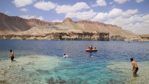 Banyak aktivitas yang bisa dilakukan wisatawan di danau Band-e Amir. Yang paling asyik sih main air atau seperti yang dilakukan tentara Taliban tadi, main bebek-bebekan. (Xinhua/Latif Azimi)