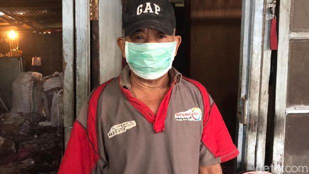 Darkim, pengelola lahan sampah di Pondok Betung, Pondok Aren, Tangsel. (Firda Cynthia/detikcom)