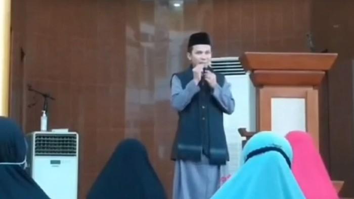 Detik-detik Ustaz di Batam Diserang Orang Tak Dikenal saat Ceramah