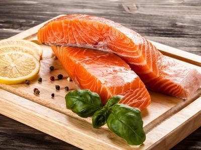 5 Fakta Garis-garis Putih yang Ada pada Daging Ikan Salmon