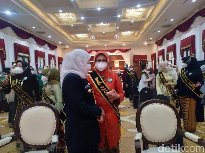 Gubernur Khofifah Indar Parawansa ingin seluruh desa di Jawa Timur memiliki Pendidikan Anak Usia Dini (PAUD). Ini sebagai tempat pembelajaran anak hingga pencegahan stunting dan gizi buruk.