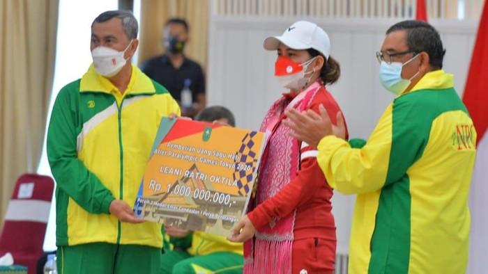 Gubernur Riau memberi bonus Rp 1 M ke Leani (dok. Pemprov Riau)