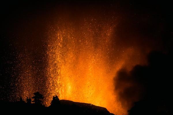 Pada Selasa malam, lembaga vulkanologi Kepulauan Canary mengatakan skala aktivitas seismik di gunung berapi itu kembali meningkat. Dilansir dari Reuters, rekaman drone menangkap magma yang meledak ke udara dan menyemburkan partikel-partikel ke sisi Gunung Cumbre Vieja. Foto: AP/Jonathan Rodriguez