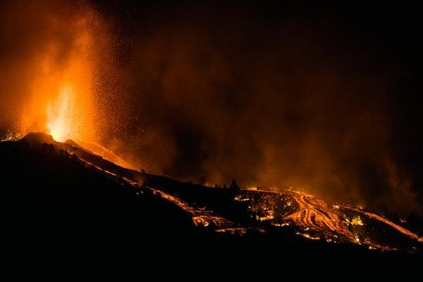 Gunung Cumbre Vieja terakhir kali meletus 50 tahun lalu. Ketika gunung itu meletus lagi, terdengar bunyi yang sangat kuat. Warga menggambarkannya seperti ada 20 jet tempur lepas landas. Foto: AP/Jonathan Rodriguez